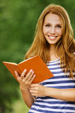 Mooie de vrouwenlezing van het portret Stock Afbeeldingen