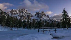 Mooie de winterscène van alpiene bergketen en sneeuwmeer Stock Foto