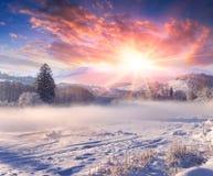 Mooie de winterzonsopgang in bergdorp. stock foto
