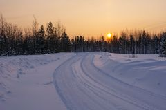 Mooie de winterzonsopgang over weg Royalty-vrije Stock Foto