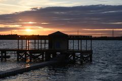 Mooie de Zomerzonsondergang in Chasewater, Staffordshire Stock Foto's
