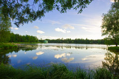 Mooie de zomerzonsondergang in het meer Stock Foto