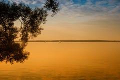Mooie de zomerzonsondergang op het meer Royalty-vrije Stock Afbeelding