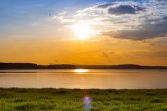 Mooie de zomerzonsondergang op het meer Stock Afbeeldingen