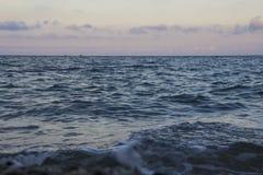 Mooie de zomerzonsondergang op het overzees en twee schipsilhouetten in de afstand stock foto's