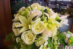 Mooie decoratie op huwelijkslijst met rozen in boeket royalty-vrije stock afbeeldingen