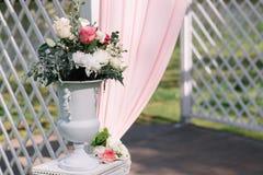 Mooie decoratie voor de ceremonie van het de zomerhuwelijk in openlucht Huwelijksboog die van lichte doek en witte en roze bloeme Stock Afbeelding