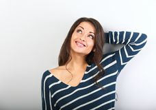 Mooie denkende natuurlijke toothy glimlachende vrouw die omhoog in wa kijken royalty-vrije stock afbeelding