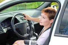 Mooie denkende vrouw binnen auto Stock Afbeeldingen