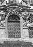 Mooie deur in Praag van de Italiaanse Ambassade in zwart-wit stock fotografie