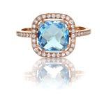 Mooie Diamantring met blauwe van de het kussenbesnoeiing van de topaas blauwe halfedelsteen het centrumsteen stock afbeelding