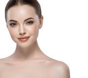 Mooie dichte omhooggaande het portret jonge studio van het vrouwengezicht op wit Royalty-vrije Stock Fotografie