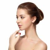 Mooie dichte omhooggaande het portret jonge studio van het vrouwengezicht op wit Royalty-vrije Stock Foto's