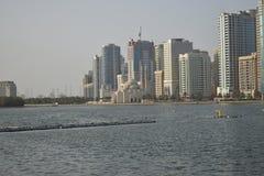 Mooie Dichtere mening over de kust Moskees en gebouwen warm blauw water de zonnige dagzomer royalty-vrije stock afbeeldingen