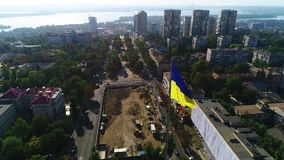 Mooie die antenne van Dnipro met de mening over de rivier, met de vlag van de Oekraïne wordt geschoten stock videobeelden