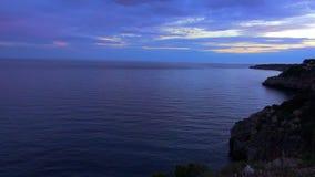 Mooie die avond van de Middellandse Zee kalme blauwe oceaan wordt geschoten stock videobeelden