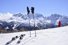 Mooie die bergen met sneeuw worden behandeld de pieken van de Alpen zijn de achtergrond van de skihellingen voor skiërs stock foto