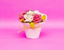 Mooie die bloemen in vaas op roze achtergrond wordt geïsoleerd stock foto's