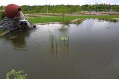 Mooie die fontain als ceramische kruik in een park wordt gevormd Mooie aardachtergrond stock fotografie