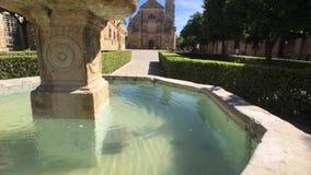 Mooie die Gr Salvador Chapel in Ubeda, Spanje, het fonteinwater wordt overdacht, door oranje bomen, Spanje wordt omringd stock video