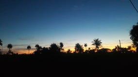 Mooie die horizon door de laatste straal van zon van de dag wordt verlicht Royalty-vrije Stock Foto