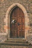 Mooie die kerkdeur met decoratiehart van klimop wordt gemaakt royalty-vrije stock foto's