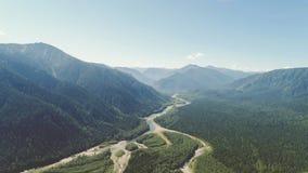 Mooie die luchtmening over de rivier door groene valleien op zonnige dag wordt omringd stock videobeelden