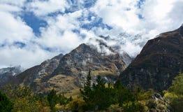 Mooie die mening van de helling van Himalayan-Bergen met wolken, Nepal worden behandeld royalty-vrije stock foto's