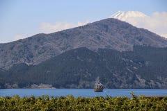 Mooie die mening van Meer Ashi en de bovenkant van Onderstel Fuji met sneeuw, Japan wordt behandeld stock foto