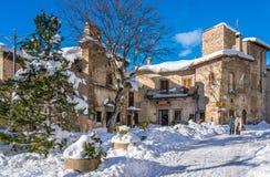 Mooie die Scanno in sneeuw tijdens wintertijd wordt behandeld Abruzzo, centraal Italië stock afbeeldingen