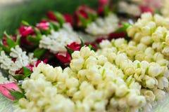 Mooie die slingers van jasmijn, rozen en kroonbloemen worden gemaakt voor Stock Foto