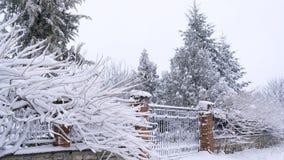 Mooie die steenomheining en bomen met sneeuw wordt geladen stock afbeelding