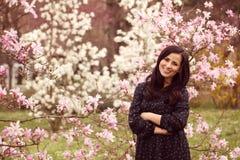 Mooie die vrouw door bloemen wordt omringd Royalty-vrije Stock Foto