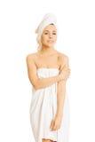Mooie die vrouw in handdoek wordt verpakt Stock Foto