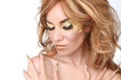 Mooie die Vrouw met de Schoonheidsmiddelen van het Bladgoud wordt versierd Royalty-vrije Stock Foto's