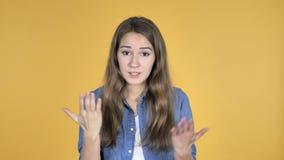 Mooie die vrouw met frustratie en woede op gele achtergrond wordt geïsoleerd stock videobeelden