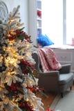 Mooie die woonkamer voor Kerstmis wordt verfraaid Stock Afbeelding