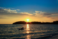 Mooie die zon bij een strand wordt geplaatst Royalty-vrije Stock Afbeelding