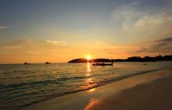 Mooie die zon bij een strand wordt geplaatst Stock Fotografie