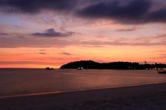 Mooie die zon bij een strand wordt geplaatst Royalty-vrije Stock Afbeeldingen