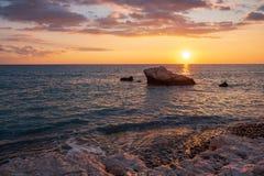 Mooie die zonsondergangmening van het strand rond Petra tou Romiou, ook als de geboorteplaats van Aphrodite wordt bekend, in Paph royalty-vrije stock afbeeldingen
