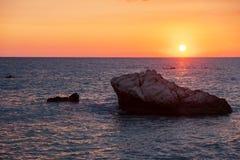 Mooie die zonsondergangmening van het strand rond Petra tou Romiou, ook als de geboorteplaats van Aphrodite wordt bekend, in Paph stock afbeeldingen