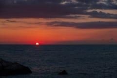 Mooie die zonsondergangmening van het strand rond Petra tou Romiou, ook als de geboorteplaats van Aphrodite wordt bekend, in Paph stock fotografie