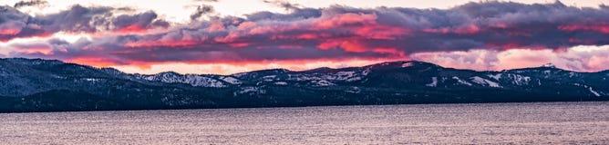 Mooie die zonsondergangmeningen van Meer Tahoe, Siërra bergen in sneeuw vizible op de achtergrond worden behandeld; Californië royalty-vrije stock foto's