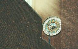 Mooie dierenriemklok op een bakstenen muur van een gebouw in Oslo Stock Afbeelding