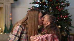 Mooie dochter die aanwezige Kerstmis geven aan moeder stock video