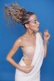 Mooie donkerbruin blonde jonge skiny vrouw in de mythologie van Griekenland stock foto