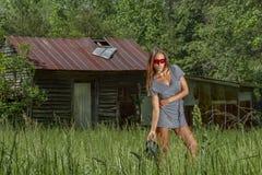 Mooie Donkerbruine Bikini Modelposing outdoors in een Landelijk Milieu royalty-vrije stock afbeeldingen
