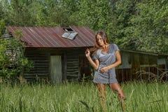 Mooie Donkerbruine Bikini Modelposing outdoors in een Landelijk Milieu royalty-vrije stock foto