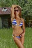 Mooie Donkerbruine Bikini Modelposing outdoors in een Landelijk Milieu royalty-vrije stock afbeelding